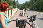 Charzykowy; w tym miejscu nie ma chodnika dla pieszych, jest tylko szlak rowerowy (tu jego nawierzchnia zmienia kolor i jest już czerwona)...