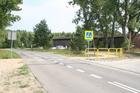 Stary Młyn; niebezpieczne przeprowadzenie szlaku rowerowego przez jezdnię (tuż za zakrętem od strony Charzyków)