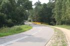 Stary Młyn; zza tego zakrętu auta często bardzo szybko nadjeżdzają, prosto na skrzyżowanie ze szlakiem rowerowym