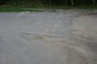 Zjazd na parking przy ujściu Strugi Siedmiu Jezior; połączenie piaskowej nawierzchni z asfaltem grozi wywrotką lub nawet przecięciem opon...