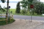 Przy ujściu Strugi Siedmiu Jezior szlak rowerowy urywa się na kilkadziesiąt metrów, po czym wraca po przeciwnej stronie jezdni